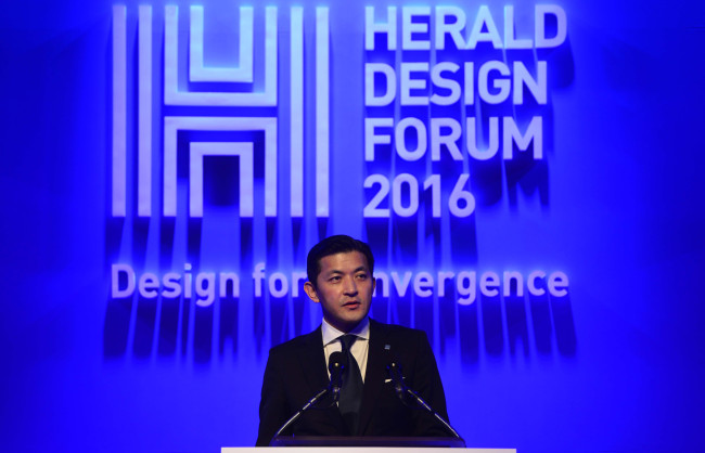 Jungwook Hong, chairman of Herald Corp., speaks at the Herald Design Forum 2016 held at the Grand Hyatt Seoul on Tuesday. (Park Hae-mook/The Korea Herald)