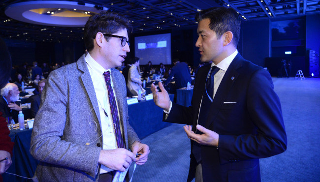 Kickstarter CEO Yancey Strickler and chairman of Herald Corp. Jungwook Hong, at the Herald Design Forum 2016 held at the Grand Hyatt Seoul on Tuesday. (Park Hae-mook/The Korea Herald)
