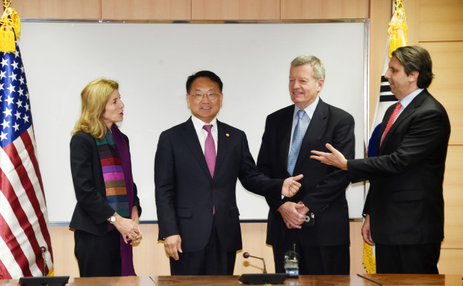 Finance Minister Yoo Il-ho (second from left) talks with US Ambassador to Japan Caroline Kennedy (left), US Ambassador to China Max Baucus (third from left) and US Ambassador to South Korea Mark Lippert at the government complex in Seoul on Tuesday. The meeting was arranged to discuss business cooperation between Korea and the US in the region, the ministry said. (Ministry of Strategy and Finance)