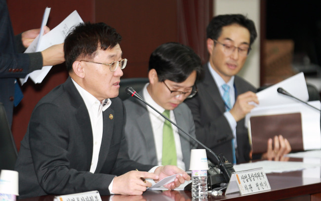 First Vice Minister of Trade, Industry and Energy Jeong Marn-ki (left) speaks during a meeting to assess the country's prospects for trade along with representatives of the country's major trade and economic associations and research institutes in Seoul on Wednesday. (Ministry of Trade, Industry and Energy)