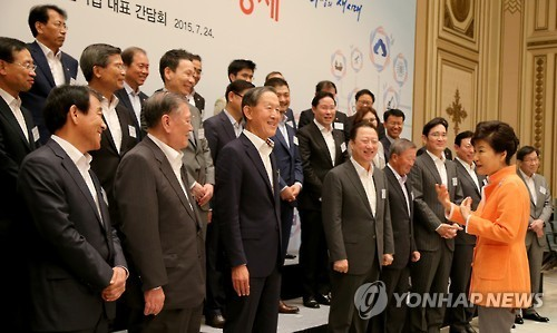 President Park Geun-hye and the chiefs of 17 conglomerates and businesses pose for a photo session during a lunch event at Cheong Wa Dae on July 24, 2015. Yonhap