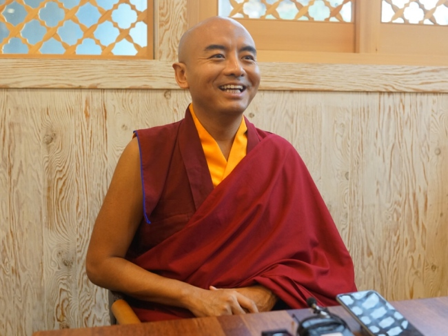 Tibetan Buddhist monk Yongey Mingyur Rinpoche speaks about meditation at the Korean Bhiksuni Association in Seoul. (Son Ji-hyoung/The Korea Herald)
