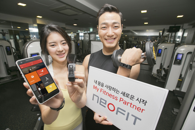 WEARABLE HEALTHCARE DEVICE -- Models show the NEOFIT, a wearable healthcare device, developed by KT, which automatically recognizes the type of exercise being performed and counts the moves and the calories burned via an app. NEOFIT is able to recognize some 100 types of exercises including squats, lunges and dumbbell shoulder presses, according to KT. (Yonhap)