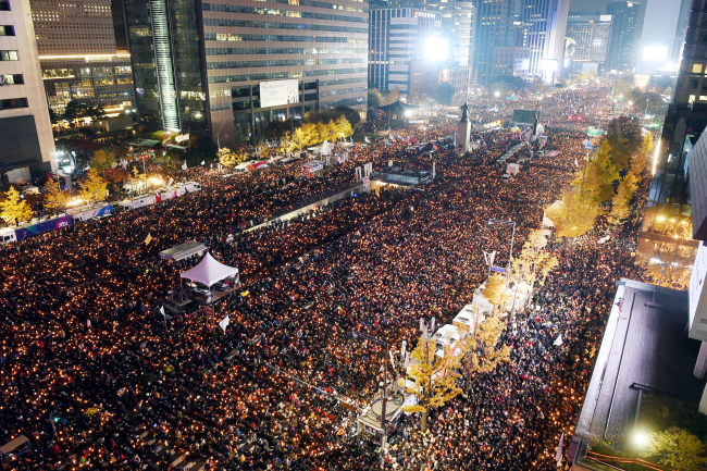 Protesters stage a rally on a thoroughfare in downtown Seoul on Saturday, demanding President Park Geun-hye resign. Joint Press Corp.