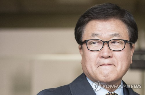 Samsung Electronics President Park Sang-jin, who is in charge of the tech giant's external affairs steps out from the Seoul Central Prosecutors' Office after undergoing questioning for 19-hours, Sunday. (Yonhap)