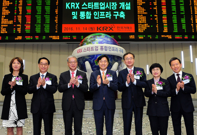 Participants celebrate the launch of KRX Startup Market at a conference hall at the Seoul office of KRX in Yeouido, western Seoul, Monday. From left: Lee Young, head of Korea Venture Business Women's Association; Hwang Rok, CEO of Korea Credit Guarantee Fund; Hwang Young-key, chairman of Korea Financial Investment Association; Lee Byung-rhae, standing commissioner at Securities and Futures Commission; Jeong Chan-woo, CEO of Korea Exchange;Kwon Seon-joo, CEO of Industrial Bank of Korea; and Choi Hyun-man, CEO of Mirae Asset Daewoo Securities (KRX)