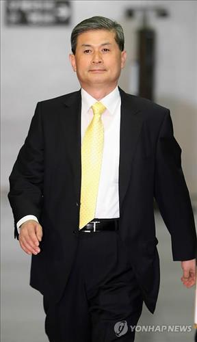 Hwang Soo-suk, a former professor of Seoul National University, walks into the Seoul Central District Court on June 8, 2009. (Yonhap)
