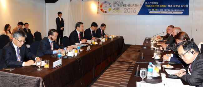 Participants attend a discussion during the Global Entrepreneurship Week Korea 2016 on Monday. Yonhap