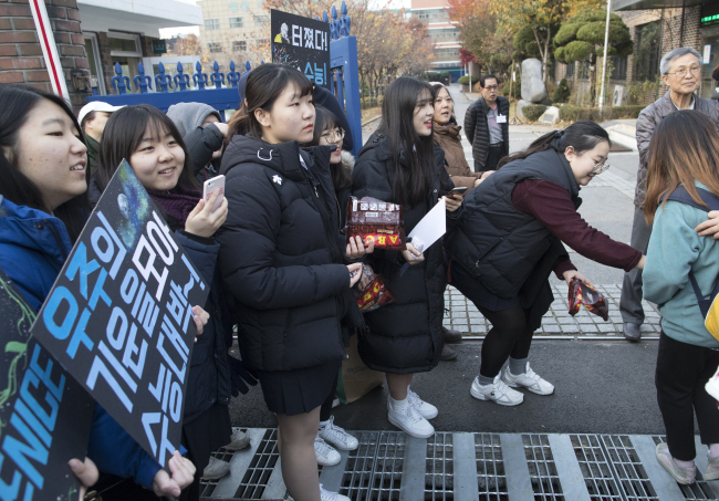 Emotional support for the test-takers (Yonhap)