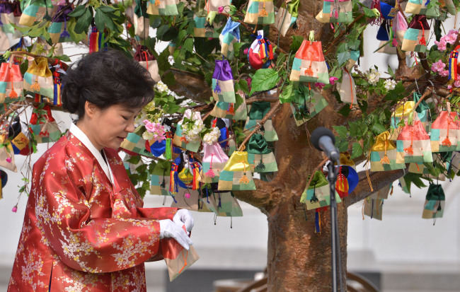 President Park Geun-hye pullsan obangnang open at an event at Gwanghwamun Plaza on Feb. 25, 2013. (The Korea Herald file photo)