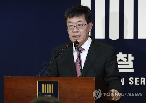 Lee Young-ryeol, the chief of the Seoul Central District Prosecutors' Office who headed the team investigating the influence-peddling scandal surrounding President Park Geun-hye and her confidante, announces the interim probe results during a press briefing at the prosecution's office in Seoul on Nov. 20.(Yonhap)