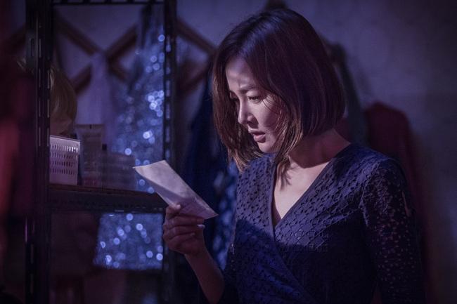 """Actress Uhm Ji-won stars as single mother Ji-seon, whose daughter is kidnapped in """"Missing."""" (Megabox Plus M)"""