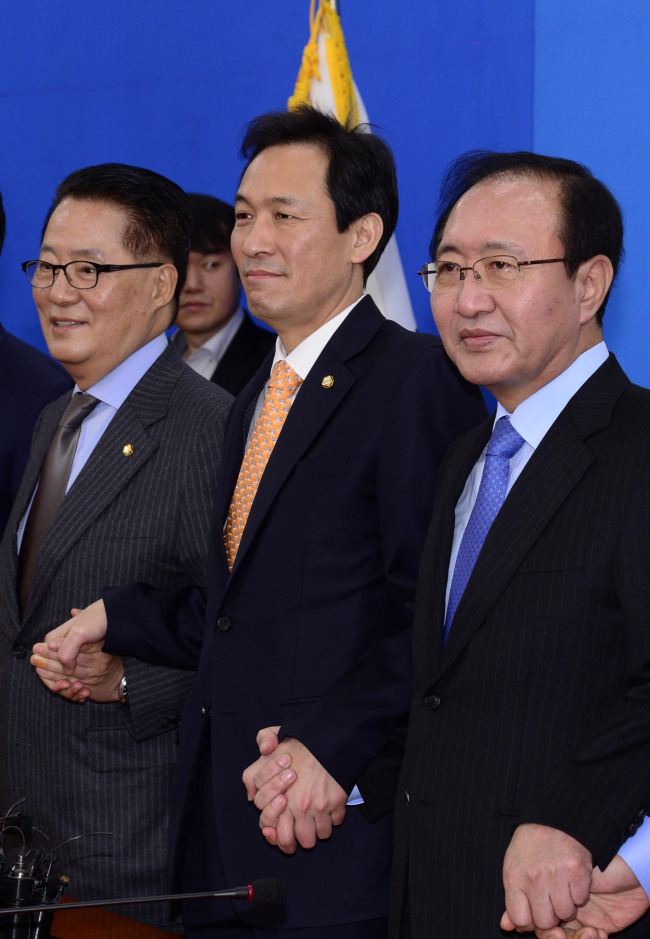 Rep. Park Jie-won (left), head of the People's Party, Woo Sang-ho (center), the floor leader of the Democratic Party and Roh Hoe-chan of the Justice Party meet at the National Assembly in Seoul on Friday. The three parties agreed to vote on an impeachement motion on President Park Geun-hye on Dec. 9 (Park Hae-mook / The Korea Herald)