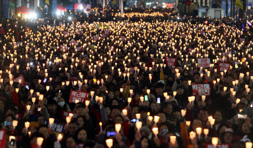 Gwanghwamun area turned into a sea of candlelights during the anti-government rally held in central seoul, Saturday. (Yonhap)