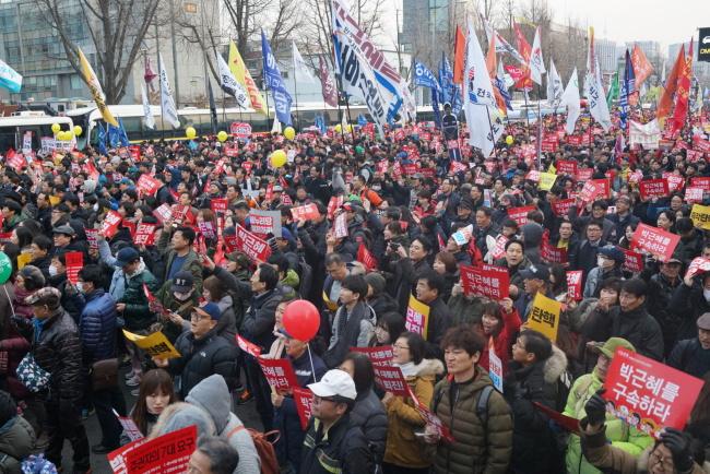 Protestors march towards the presidential office on Saturday. (Bak Se-hwan/The Korea Herald)