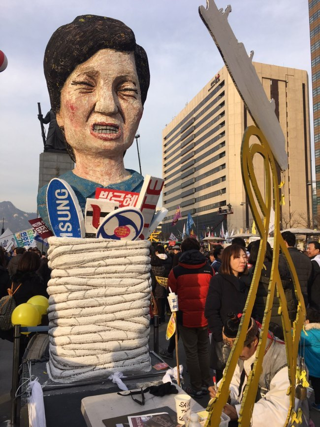 A satirical replica of President Park Geun-hye with a rope tied around her is seen at a protest against the scandal-ridden president in Seoul on Saturday. (Ock Hyun-ju/The Korea Herald)
