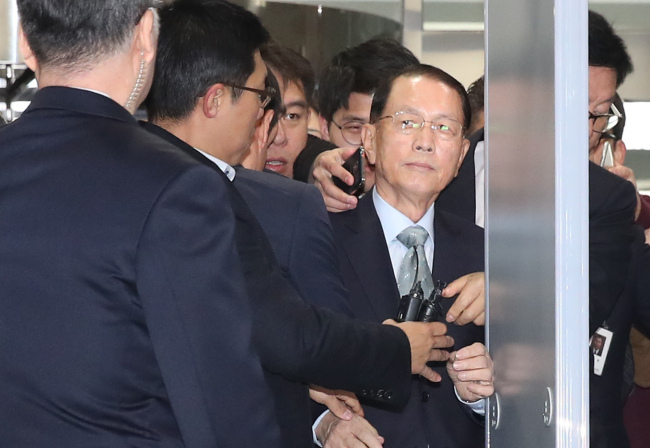 Kim Ki-choon, former presidential chief of staff, arrives at the National Assembly. (Yonhap)