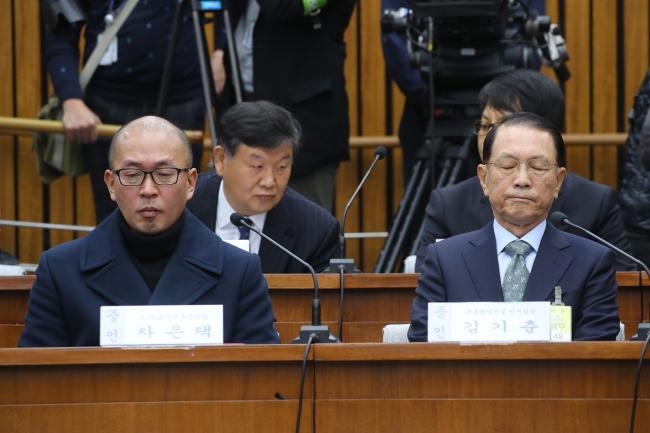 Witnesses Cha Eun-taek, Kim Ki-choon at the second round of parliamentary hearings, Wednesday. (Yonhap)