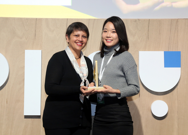 Ahn Ji-young (right), Viva Republica's public relations director, receives the top award for the firm's flagship money transfer service Toss, during the 2016 Google Play App Awards held Tuesday evening in Seoul. (Google Korea)