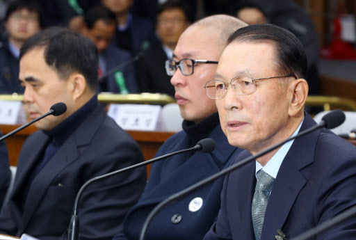 Former chief presidential secreatry Kim Ki-choon testifies at a parliamentary hearing on Wednesday. (Yonhap)