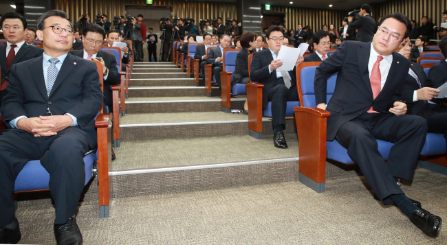 Ruling party lawmakers attend an emergency meeting in the National Assembly on Friday. (Yonhap)