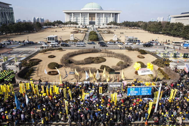 Thousands gather at the front gate of the National Assembly on the day of impeachment vote. (Yonhap)