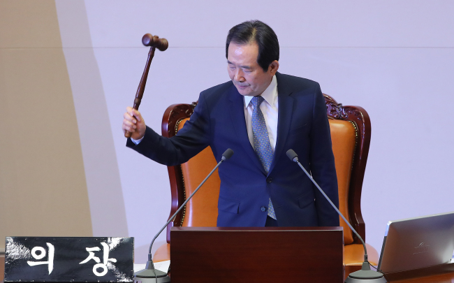 (Assembly Speaker Chung Sye-kyun announces the passage of the impeachment bill. (Yonhap)