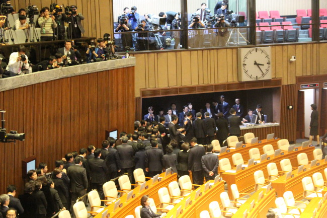 Lawmakers line up to cast their votes. (Yeo Jun-suk/The Korea Herald)