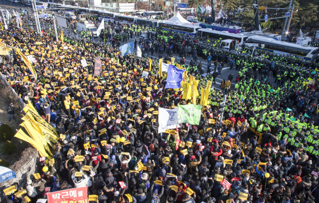 Citizens urge lawmakers to vote for an impeachment bill against embattled President Park Geun-hye during rally in front of the National Assembly in Seoul on Friday. (Yonhap)