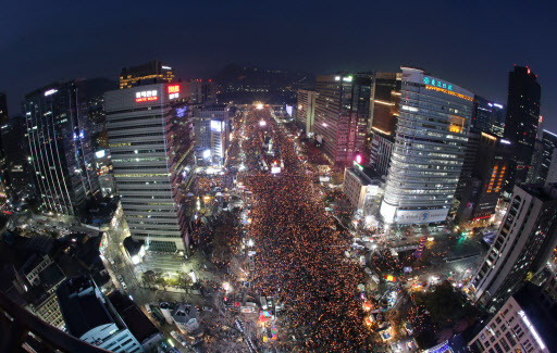 About 1.9 million people packed the Gwanghwamun area during the sixth weekend rally against President Park Geun-hye held on Dec. 3. (Yonhap)