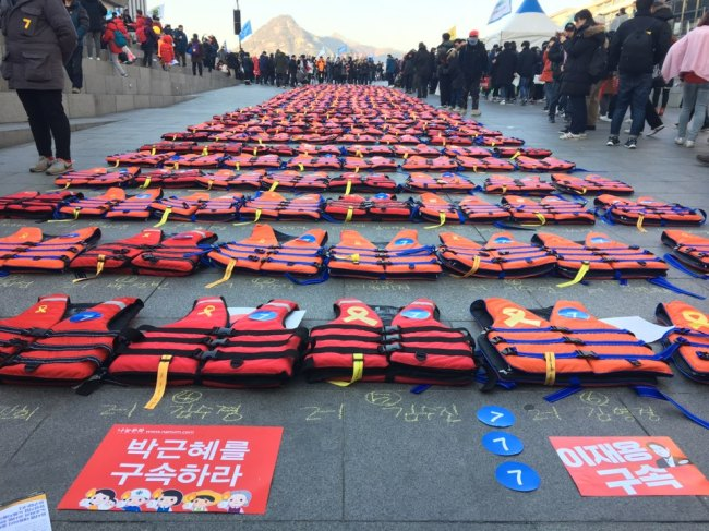 Three hundred and four life jackets are placed on the ground of Gwanghwamun Square in Seoul, Saturday, each commemorating one of the victims who died in the 2014 Sewol ferry disaster. (Ock Hyun-ju/The Korea Herald)