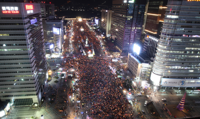 Some 800,000 protestors pack the Gwanghwamun Square during the rally against President Park Geun-hye on Saturday. (Yonhap)