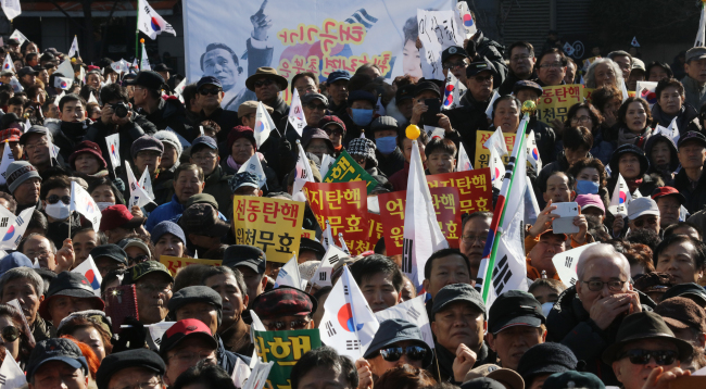 Avid fans of President Park Geun-hye gathered to call for a cancellation of the impeachment in a counter rally held in central Seoul, Saturday. (Yonhap)