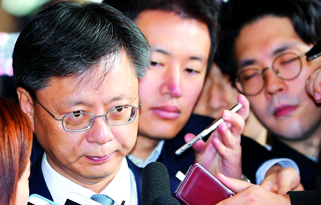 Woo Byung-woo, former senior presidential secretary for civil affairs, enters the Seoul Central District Prosecutor's Office for questioning on Nov. 6 (Yonhap)