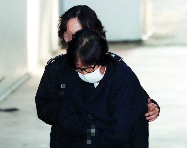 Choi Soon-sil enters the headquarters of the Seoul Central District Prosecutor's Office for questioning on Dec. 3. (Yonhap)