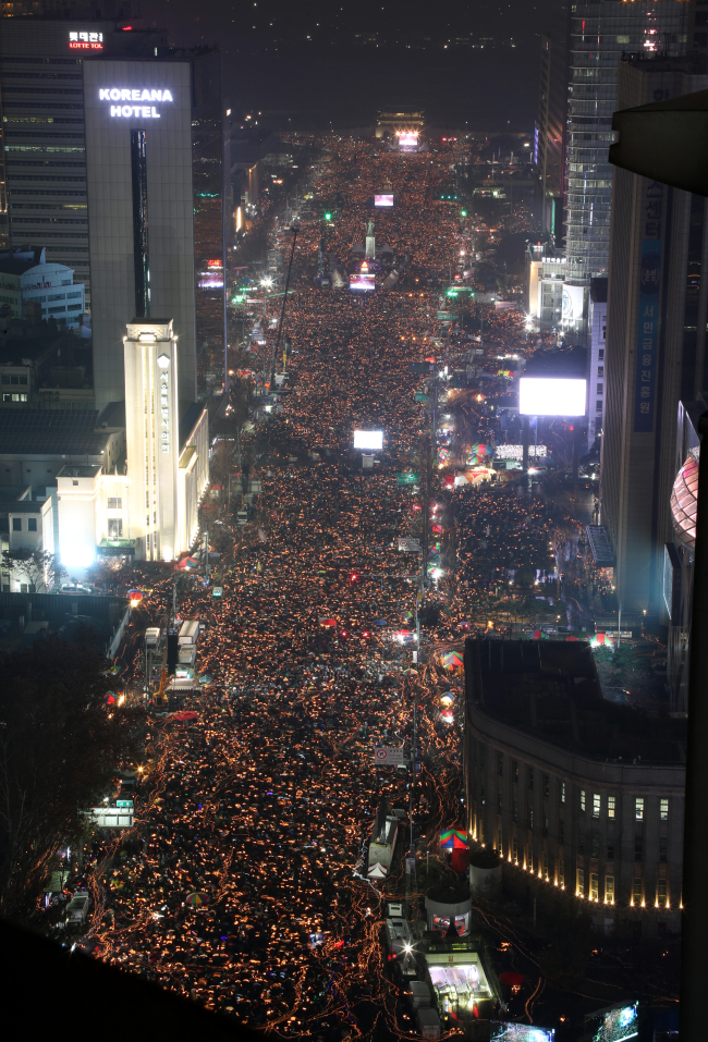 Protesters hold a candlelight vigilat Gwanghwamun Square in central Seoul on Nov. 26. (Yonhap)