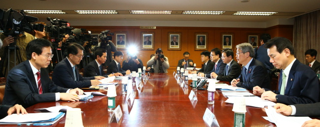 Officials of the Financial Services Commission and Financial Supervisory Service hold a meeting on reviewing financial risks at the FSS headquarters in Yeouido on Monday. (FSC)