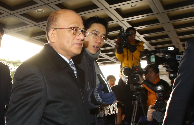 Park Han-chul (left), head of the Constitutional Court, arrives at the court in Seoul on Monday, for the first full bench meeting on the impeachment of President Park Geun-hye. (Yonhap)