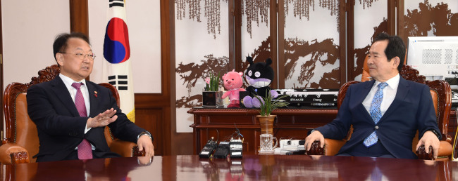 Finance Minister Yoo Il-ho (left) meets National Assembly Speaker Chung Se-kyun at the National Assembly in Seoul, Monday. (Ministry of Strategy and Finance)