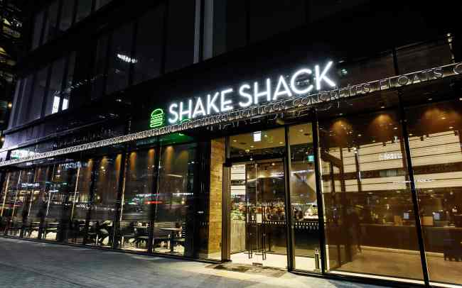 2ND SEOUL SHAKE SHACK -- US premium burger chain Shake Shack will open its second outlet in Cheongdam-dong of Seoul's Gangnam district Saturday, according to the brand's South Korean licensee SPC Group. The outlet, located on Dosan-daero, will open at 11 a.m. (SPC Group)