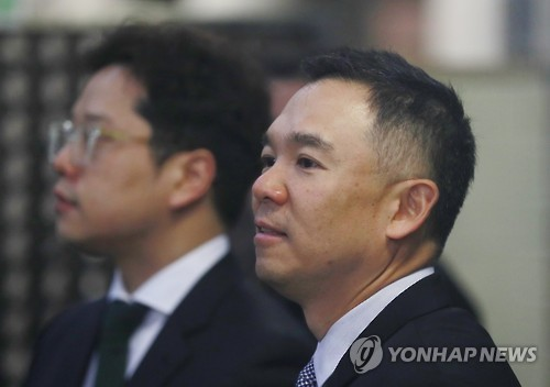 Kim Jung-ju, the founder Nexon Co. and chairman of its holding firm NXC Corp., enters the Seoul Central District Court in southern Seoul on Dec. 13. (Yonhap)