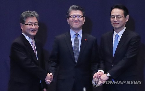 Kim Hong-kyun (center), special representative for Korean Peninsula peace and security affairs at the foreign ministry, poses together with his US and Japanese counterparts, Joseph Yun (left) and Kenji Kanasugi, before the start of a meeting in Seoul on Dec. 13, 2016, to discuss cooperation against North Korea's nuclear threat. (Yonhap)