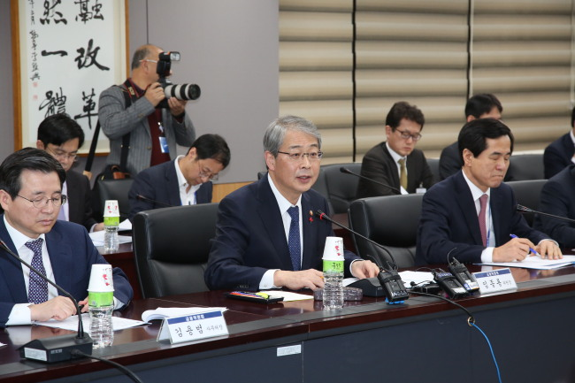 FSC Chairman Yim Jong-yong (middle) speaks at a meeting on reviewing microfinance programs at the Seoul government complex in Gwanghwamun on Wednesday. (FSC)