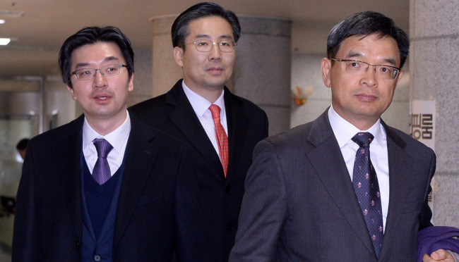Lee Joong-hwan (right), legal representative for President Park Geun-hye, visits the Constitutional Court on Friday to submit Park's written rebuttal to the impeachment resolution. Yonhap