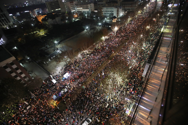Protesters gather in Gwanghwamun in central Seoul on Saturday to demand impeached President Park's immediate resignation. (Yonhap)