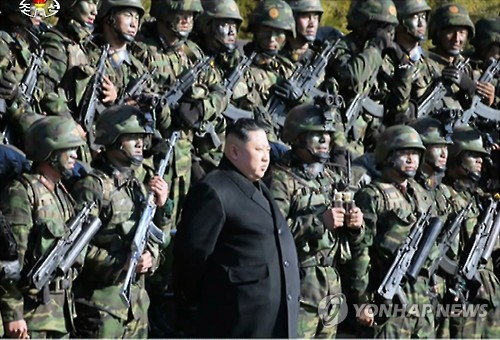 North Korean leader Kim Jong-un (C) poses for photos with his troops.(Yonhap)