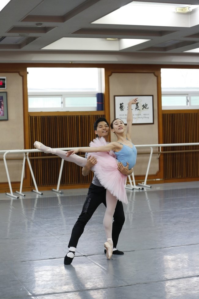 Dutch National Ballet principal dancer Choi Young-gyu practices with Universal Ballet dance partner Hong Hyang-gi at the Universal Arts Center in Seoul on Monday. (Universal Ballet Korea)