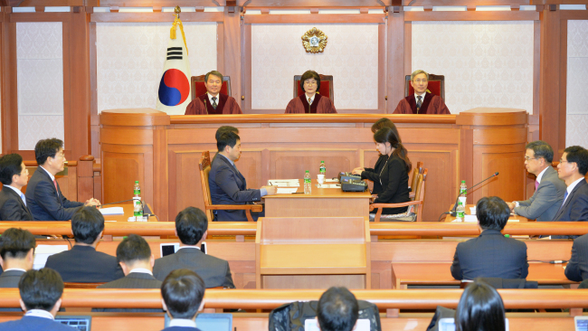 Three justices of the Constitutional Court take their seats for the first pretrial hearing of President Park Geun-hye's impeachment trial in Seoul on Thursday. (Yonhap)