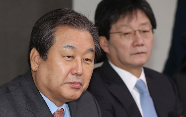 Two former Saenuri Party chiefs, Reps. Kim Moo-sung and Yoo Seong-min attend a meeting held to discuss a plan tolaunch a new political party on Friday.(Yonhap)