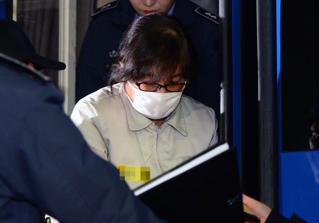 Choi Soon-sil, key suspect in the influence-peddling scandal revolving around President Park Geun-hye, arrives at the independent counsel office on Saturday. Yonhap